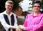 Una pareja de lesbianas son expulsadas de una iglesia durante una ceremonia