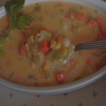 Deliciosa sopa cremosa de verduras con queso
