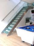 El uso de escaleras de cristal en la decoración de interiores