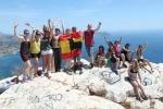 Alumnos internacionales de español izan la bandera española en la cima del Peñón de Ifach