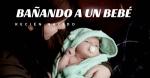Bañando a un bebé recién nacido